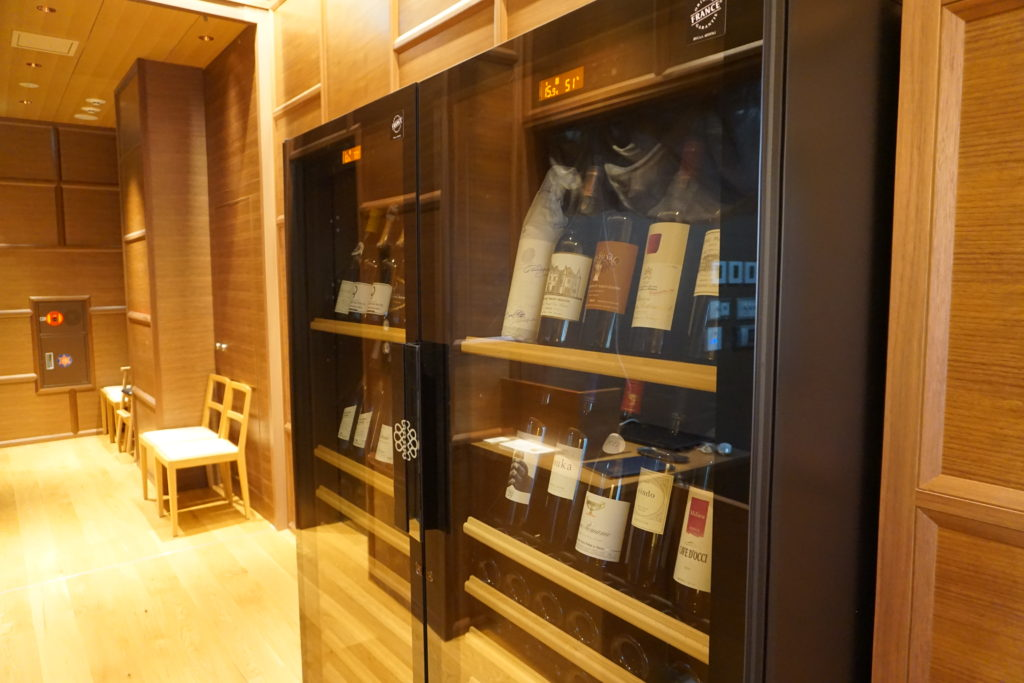 屋内, 戸棚, 冷蔵庫, 開く が含まれている画像 自動的に生成された説明