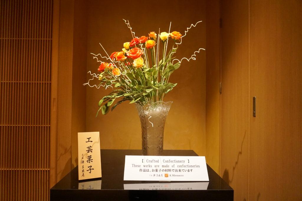 テーブル, 座る, 花, 小さい が含まれている画像 自動的に生成された説明