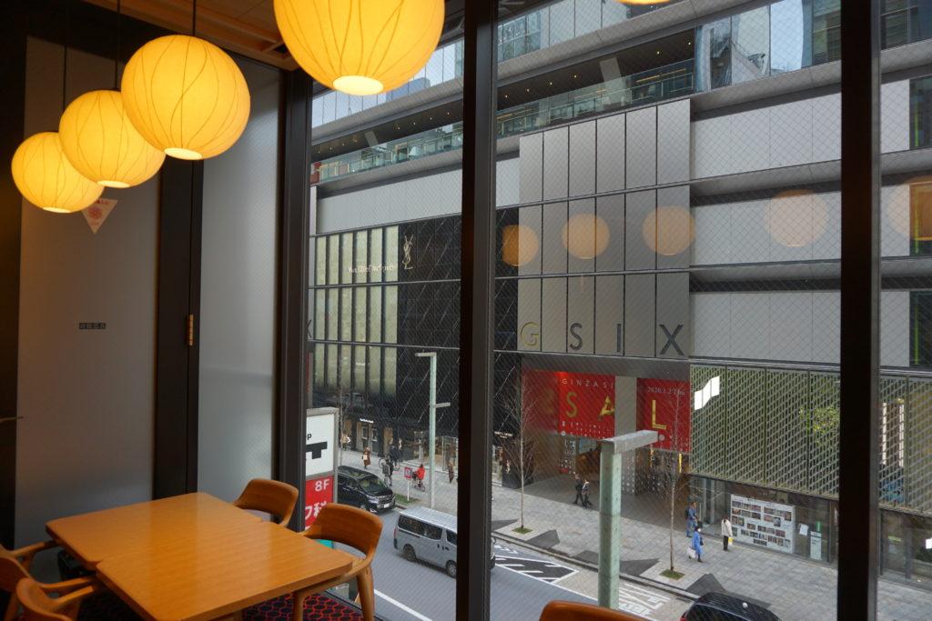 テーブル, 建物, 座る, 部屋 が含まれている画像 自動的に生成された説明