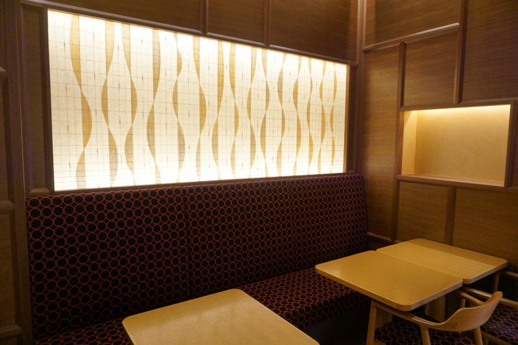 屋内, テーブル, 窓, 椅子 が含まれている画像 自動的に生成された説明